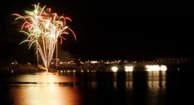 Ansicht des Kemnadersees im Dunklen mit Blick auf das Feuerwerk